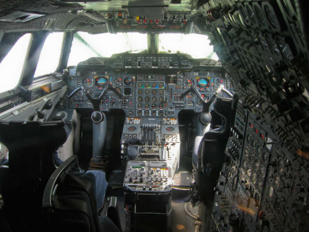 inside_the_cockpits_of_various_flying_machines_640_11-w625