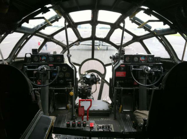 inside_the_cockpits_of_various_flying_machines_640_13-w625