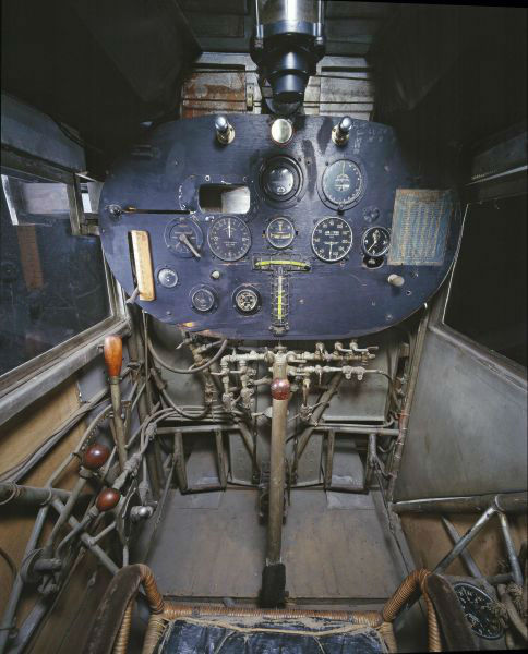 inside_the_cockpits_of_various_flying_machines_640_14-w625