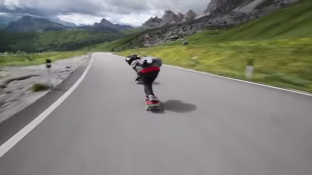 VIDEO: Ludo spuštanje skateboardom u Alpama